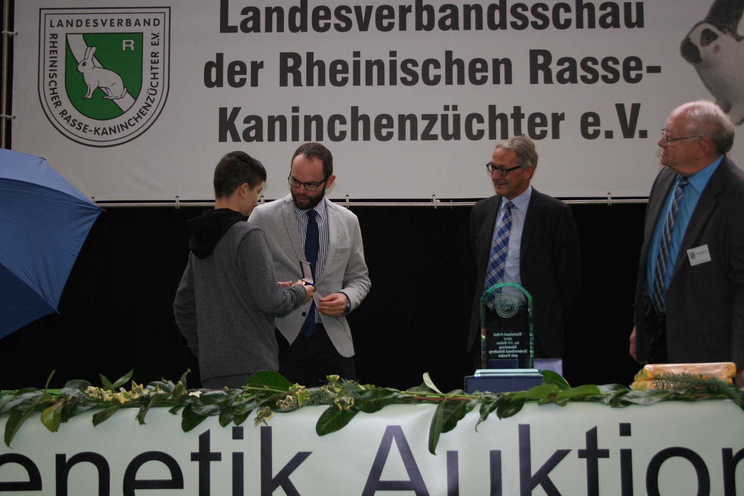 Franz Borgs (links im Bild) erhielt die Goldene Medaille der Landwirtschaftskammer NRW
